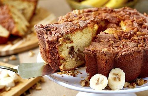 Banana Walnut Coffee Cake and Tins For Every Occasion